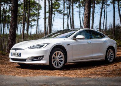 vue de côté de la Tesla S blanche