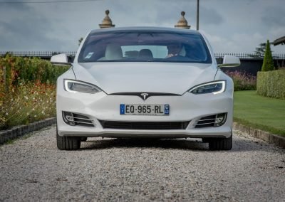 Vue de face de la Tesla S blanche