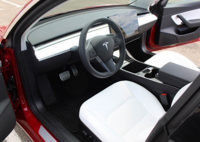 les sièges avant de la Tesla 3 rouge