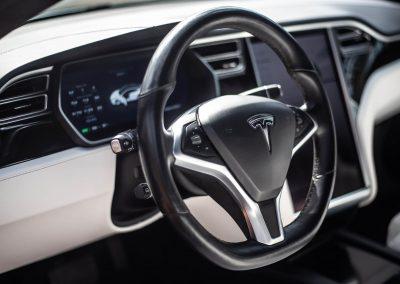Le volant noir et blanc de la Tesla S