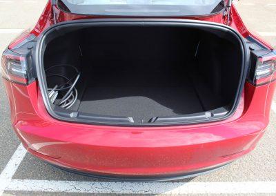 intérieur du coffre de la Tesla 3 rouge