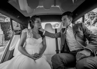Un couple de mariés à l'intérieur de leur Tesla