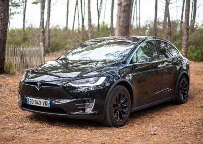 Tesla Model X noire, portes fermées
