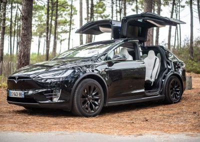 Tesla Model X noire, portes papillons ouvertes