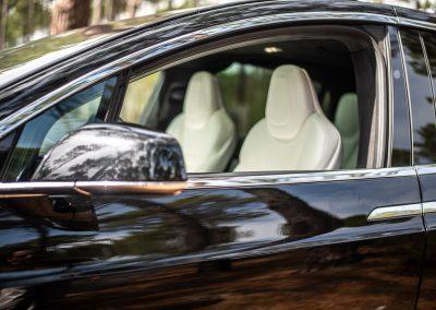 portière conducteur, vitre baissée, d'une Tesla Model X