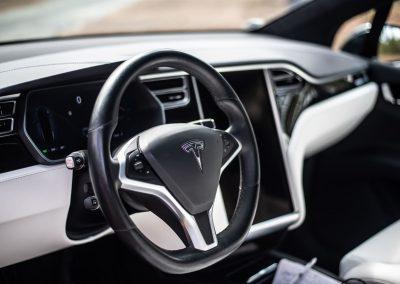 Tableau de bord noir et blanc d'une Tesla Model X