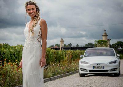 Une mariée devant une Tesla S blanche